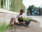 mulyadi-saat-membersihkan-jalan-pintas-kawasan-tyfontex-kelurahan-g.jpg
