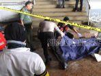 mutilasi-polisi-dan-personel-pmi-memasukkan-potongan-tubuh-korban-ke-kantong-mayat.jpg