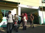 orang-tua-siswa-melihat-pengumuman-penundaan-ppdb-di-smpn-1-tawangmangu-kamis-1362019.jpg