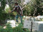 orang-warga-melihat-kuburan-di-pemakaman-pasekan-desa-ngabeyan-kec.jpg