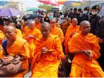 para-biksu-di-kuil-dhammajayo-di-pinggiran-kota-bangkok-thailand_20170218_101759.jpg