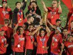 para-pemain-dan-official-bali-united-saat-mengangkat-piala-liga-shope-2019.jpg