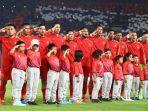 para-pemain-timnas-indonesia-menyanyikan-lagu-indonesia-raya-sebelum-menghadapi-timnas-malaysia.jpg