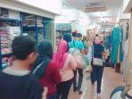 para-pembeli-berlalu-lalang-di-beteng-trade-center-solojumat-2452019.jpg