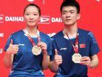 pasangan-ganda-campuran-zheng-siweihuang-yaqiong-berpose-dengan-medali-emas.jpg