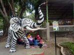 patung-gajah-rasa-zebra-yang-berada-di-taman-satwa-taru-jurug-solo-minggu-1912020.jpg