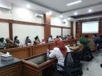 pejabat-dinas-pendidikan-saat-rapat-dengan-komisi-iv-d.jpg