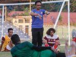 pelatih-fisik-persiraja-irwansyah-dalam-latihan-rutin-di-stadion-h-dirmurthala.jpg