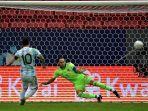 pemain-argentina-lionel-messi-kiri-mencetak-gol-ke-gawang-kolombia-ahejhj.jpg