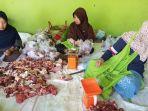 pembagian-daging-kurban-2019-di-masjid-agung-karanganyar-masih-menggunakan-plastik.jpg