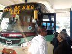 pemeriksaan-bus-oleh-petugas-di-terminal-tirtonadi-solo-senin-1352019.jpg