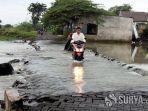 pemotor-melintasi-jalan-poros-desa-dungus-gresik-yang-terendam-banjir-senin-1112021.jpg