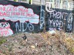 penampakan-vandalisme-berisi-kritikan-pada-dinding-pembatas.jpg