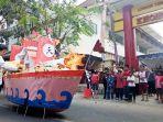 penanggung-jawab-upacara-king-hoo-ping-adjie-chandra-kiri-membakar-replika-kapal.jpg