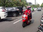 pengendara-sepeda-motor-melintas-di-jalan-jimerto-genteng-surabaya-selasa-242019.jpg