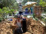 penggali-makam-mempersiapkan-tempat-peristirahatan-terakhir-ibunda.jpg