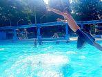 pengunjung-melompat-ke-dalam-kolam.jpg
