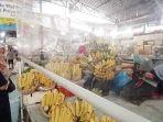 pengunjung-membeli-pisang-dari-pedagang-di-pasar-gede.jpg