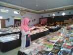 pengunjung-sedang-memilih-buku-di-bazar-buku-murah-karanganyar_20180130_133136.jpg