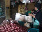 penjual-bawang-di-pasar-legi-surakarta_20180820_162538.jpg