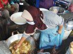 penjual-gorengan-di-pasar-windusari-masukkan-tangan-ke-minyak-panas.jpg