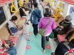 penumpang-memasuki-krl-solo-jogja-yang-tiba-di-stasiun-solo-balapan-kec.jpg