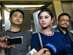 penyanyi-dangdut-dewi-perssik-bersama-sang-suami-angga-wijaya_20180111_055753.jpg