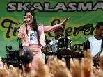 penyanyi-dangdut-nella-kharisma-menghibur-ratusan-penonton-dalam-perayaan-hut-ke-55-smkn-2-malang.jpg