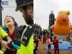 perempuan-inggris-ditahan-setelah-tusuk-balon-bayi-trump.jpg