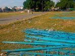 pesepeda-melintasi-kerangka-kerangka-tenda-yang-telah-dibongkar-di-alun-alun-kidul.jpg