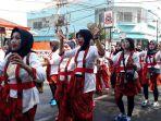 peserta-saat-mengikuti-kirab-budaya-kelurahan-jayengan-solo_20181008_065732.jpg