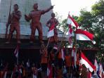 pesta-bendera-ribuan-siswa-sd-kibarkan-bendera-merah-putih-raksasa-di-monumen-45-banjarsari-solo-4_20160812_133020.jpg