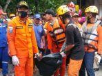 petugas-basarnas-dan-relawan-menggotong-jenazah-seorang-gadis-kecil-ditemukan-tewas-u.jpg