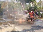 petugas-berupaya-memadamkan-api-yang-membakar-mobil-kijang-di-spbu-candiroto.jpg