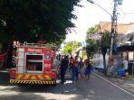 petugas-damkar-saat-memadamkan-api-di-toko-indomaret-di-jalan.jpg