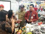 petugas-dari-disdag-kota-solo-saat-berdiskusi-dengan-salah-staf-perwakilan-supermarket.jpg