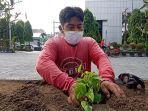 petugas-dinas-lingkungan-hidup-kota-solo-menanam-tanaman-jensud.jpg