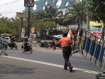 petugas-dishub-solo-memasang-barikade_20170831_115848.jpg