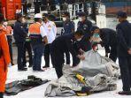 petugas-gabungan-memeriksa-benda-yang-diduga-serpihan-dari-pesawat-sriwijaya-air-sj-182.jpg