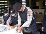 petugas-kepolisian-tengah-menghitung-sumbangaaaa.jpg