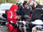 petugas-melakukan-pengisian-bahan-bakar-minyak-bbm-pom-bensin-spbu_20180908_132643.jpg