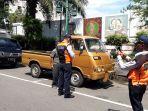 petugas-memeriksa-sebuah-mobil-di-jalan-diponegoro-solo-dalam-operasi-gabungan-razia.jpg
