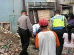 petugas-mendatangi-lokasi-penemuan-mayat-bayi-di-jalan-pajajaran-2.jpg