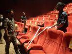 petugas-mengecek-kesiapan-bioskop-xxi-di-the-park-mall-solo.jpg