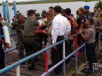 petugas-mengevakuasi-korban-tabrakan-speedboat-yang-mengangkut-paspampres.jpg