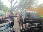 petugas-menunjukkan-barang-bukti-mobil-pickup-mitshubisi-l300-yang-terlibat-kec.jpg
