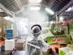 petugas-menyemprotkan-disinfektan-di-kawasan-pasar-gede-di-j.jpg
