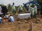 petugas-tpu-tegal-alur-kalideres-jakarta-barat-sedang-melakukan-pemakaman-jenazah-pasien-covid-19.jpg