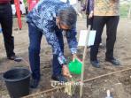 plh-ketua-umum-palang-merah-indonesia-pmi-ginandjar-kartasasmita-tanam-pohon-1_20160916_202638.jpg