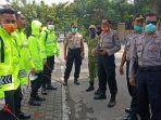 polisi-melakukan-kegiatan-menyemprotkan-disinfek.jpg